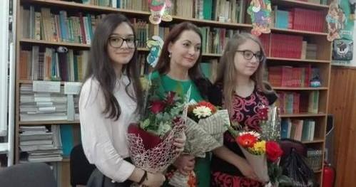 """Surpriza inedită a unei profesoare de limba română, de la Școala """"M.C. Epureanu"""" Bârlad, pentru două dintre elevele sale"""