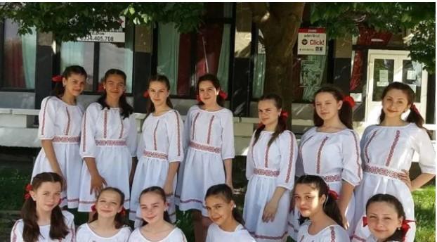 """Grupul vocal și formația de dans de la Școala """"Manolache Costache Epureanu"""" din Bârlad vor fi alături de mamele bolnave în cadrul unei activități caritabile, la Brașov"""